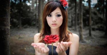 girl_with_red_rose_wallpaper_2560x1440.jpg